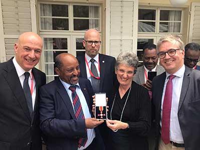 Berhanu Negussie Landesrepräsentant von Menschen für Menschen in Äthiopien erhält das Verdienstkreuz