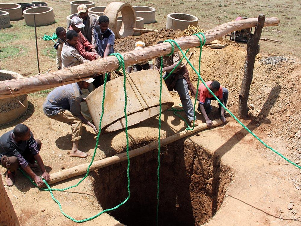 Ein Brunnenring wird eingesetzt